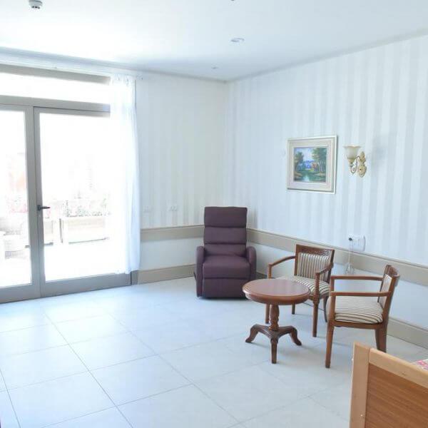חדר מרוהט של מטופל - גולדן קר וג'יקר
