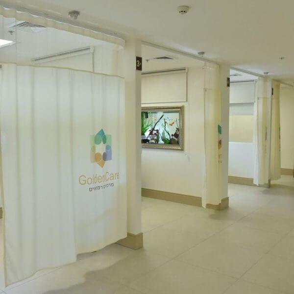 גולדן קר - תמונת תאי טיפול עם כורסאות מתכווננות וווילונות