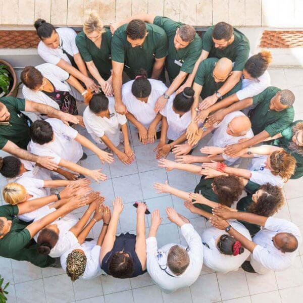 תמונה עילית של הצוות הרפואי באחד המרכזים הרפואיים הגריאטריים , גולדן קייר