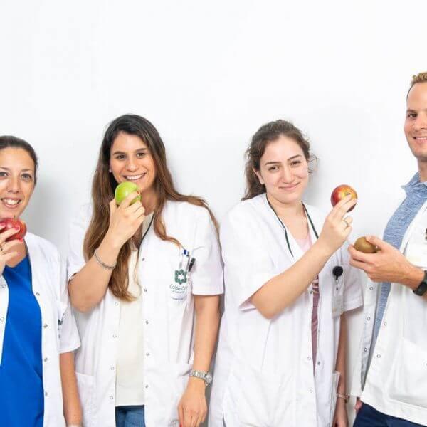 תמונה של הצוות המקצועי עם תפוח ביד - גולדן קר וג'יקר , מרכזי שיקום, פיזיותרפיה, הידרותרפיה